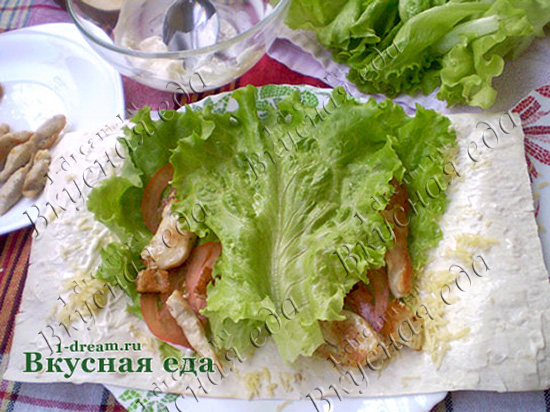 Положить салат в цезарь ролл