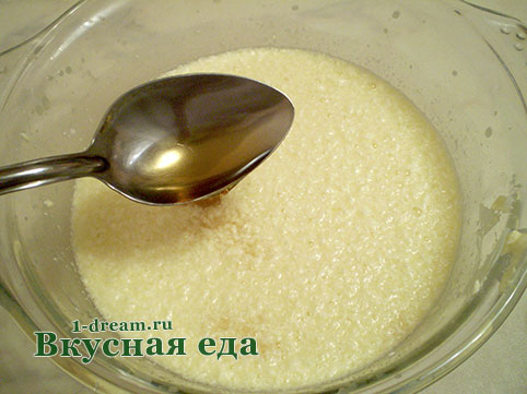 Налить коньяк в тесто для кекса с орехами