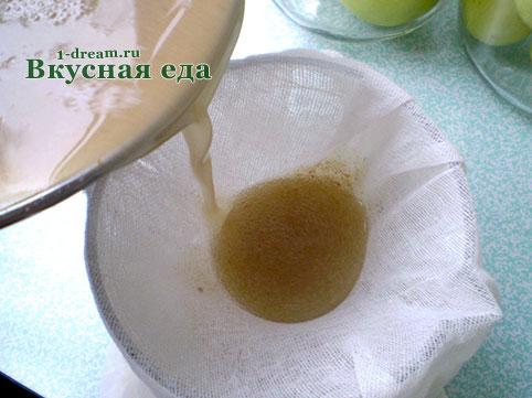 Процедить заливку для моченых яблок