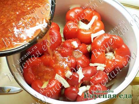 Вылить заправку в фаршированный болгарский перец с мясом