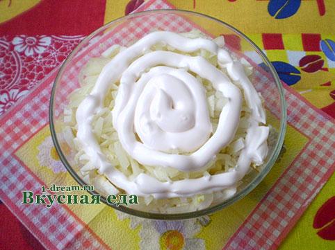 Вкусный салат из кльмаров и яиц с луком