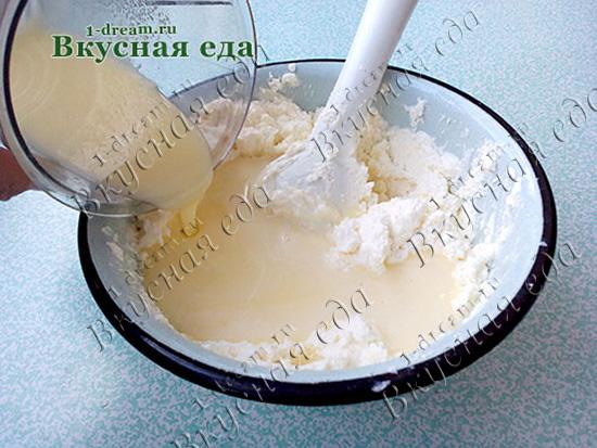 Положить взбитые яйца с сахаром в пасху