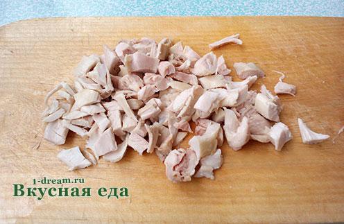 Нарезать мясо курицы для супа