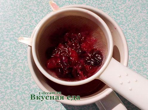 Процеживаем сок для клюквенного морса