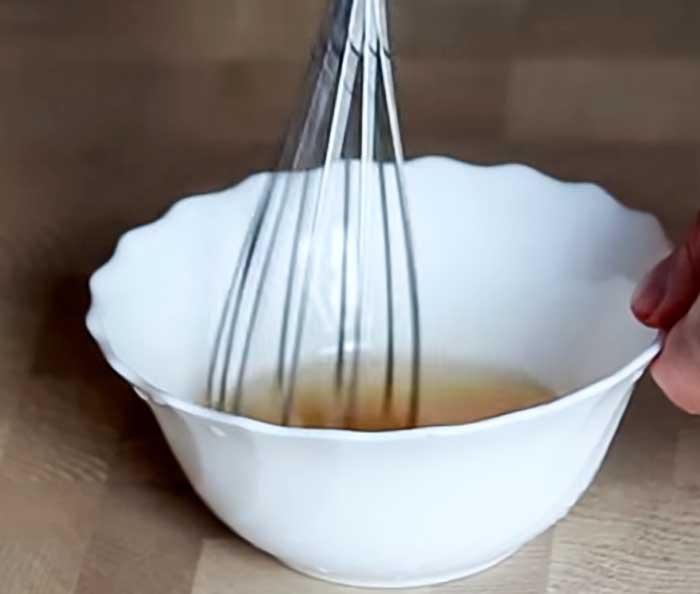 Размешать соус для клубничного салата