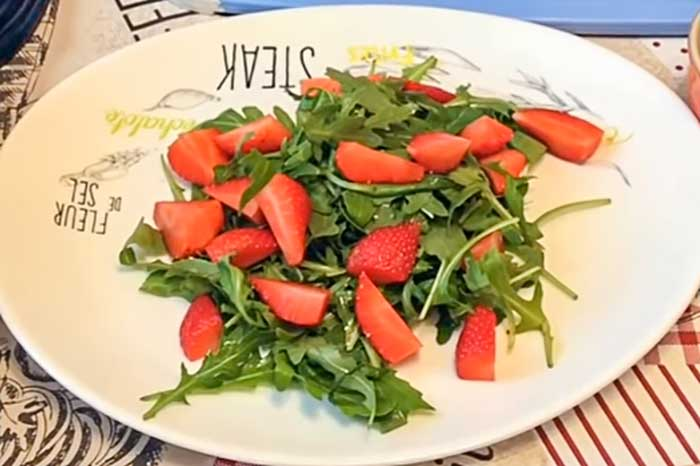 Дольки клубники в салате