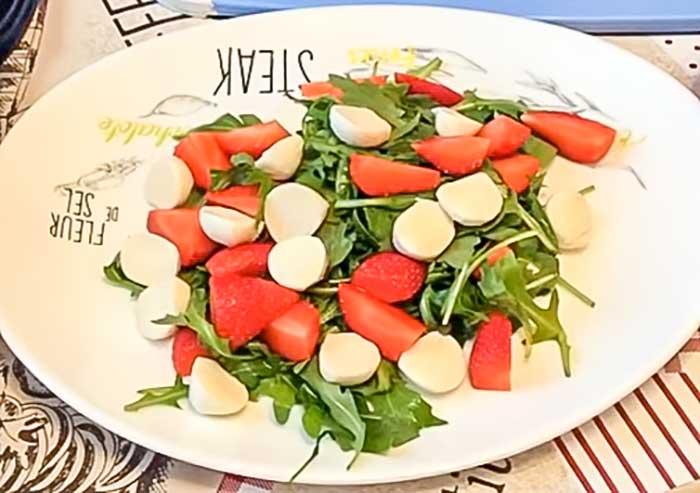 Порезать моцареллу в салат склубникой