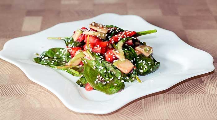Салат из клубники и авокадо со шпинатом