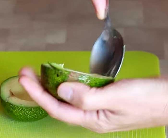 Извлечь мякоть авокадо