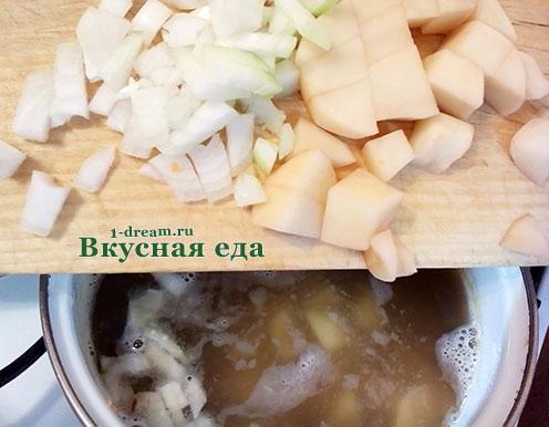 Положить в кастрюлю с супом из чечевицы картофель