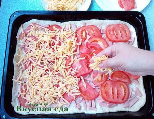 Посыпать сыром пиццу