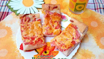 Домашняя пицца с колбасой, сыром и помидорами
