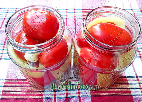 Положить помидоры и перец в банки
