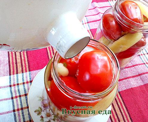 Налить кипяток в банку с маринованными помидорами