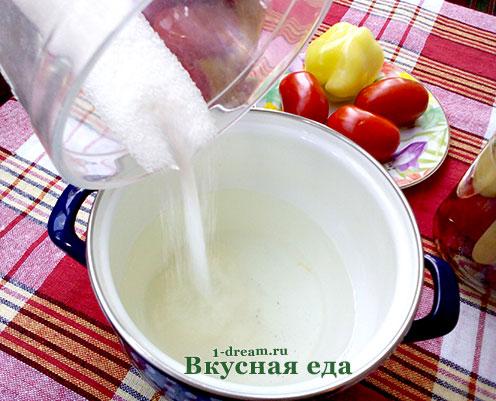 Положить сахар в маринованные помидоры