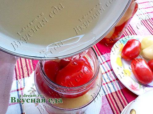 залить кипящим рассолом помидоры в бакнах