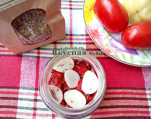 Слой чеснока в вяленых помидорах