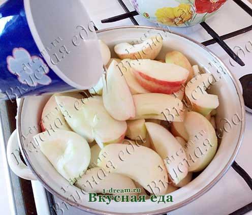Налить воды в яблоки