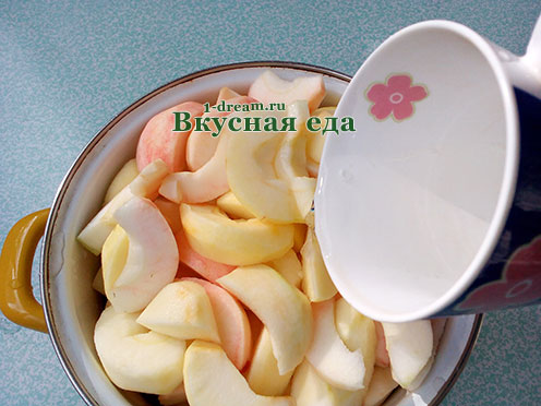 Налить воду в яблочное пюре