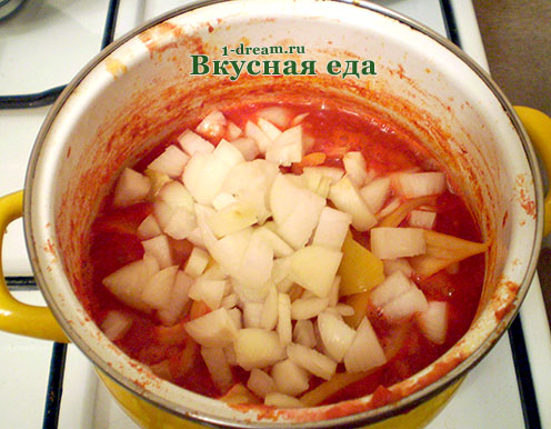 Положить лук в лечо с болгарским перцем