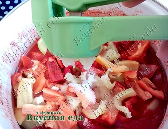 Добавить чеснок в лечо из помидоров и перца