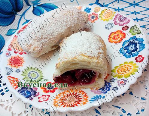 Слоеный пирожок с вишней