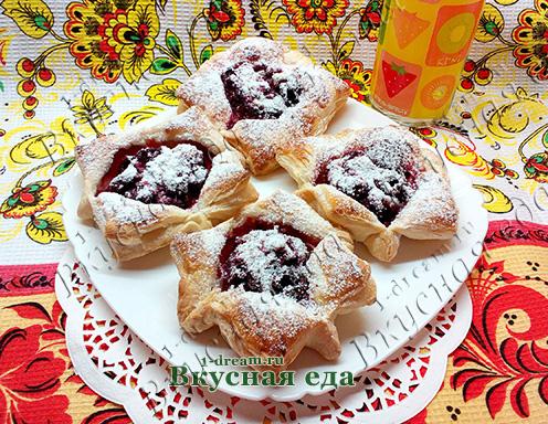 Слоеные пирожки с вишней и шоколадом