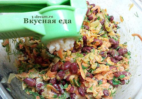 Добавить чеснок в салат из красной фасоли