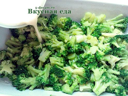 Вылить тесто в запеканку с брокколи