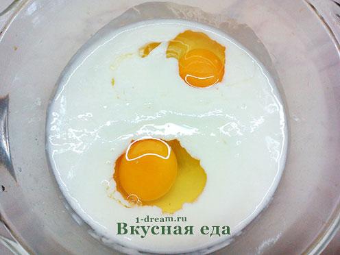 Добавить яйца в тесто