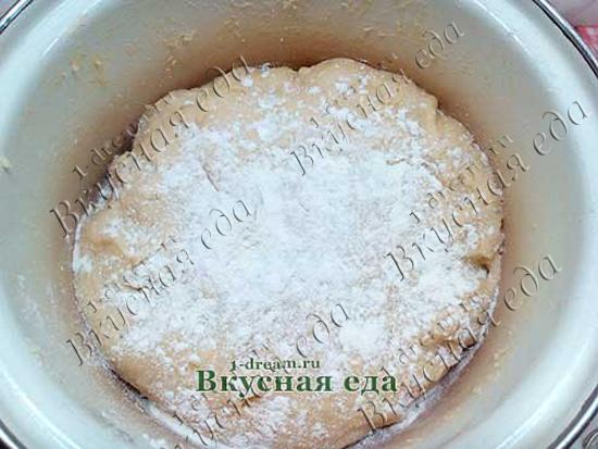 Замесить тесто для пирога с семгой