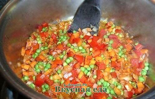 Обжарить овощи для риса с курицей