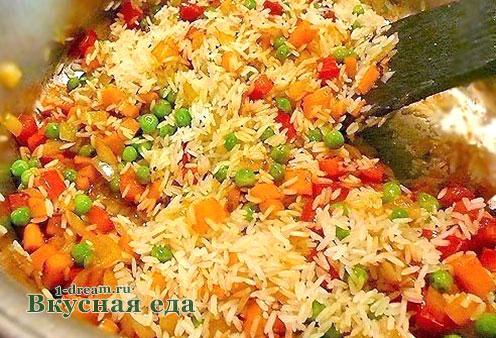Обжариваем рис с овощами