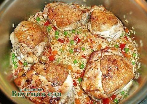 Выложить на рис курицу