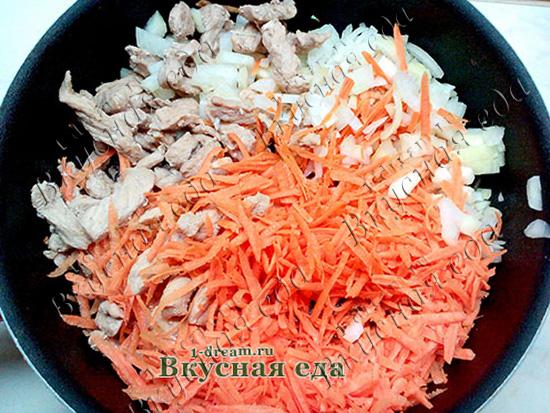 Свинина жареная с луком в сковороде