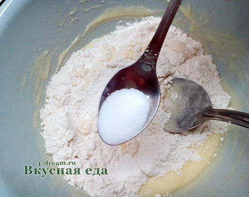 Положить соль в тесто для печенья с кунжутом