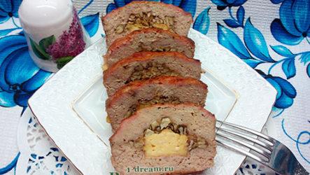 Мясной рулет с сыром и грецкими орехами
