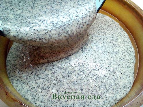 Тесто для макового торта выложить в форму