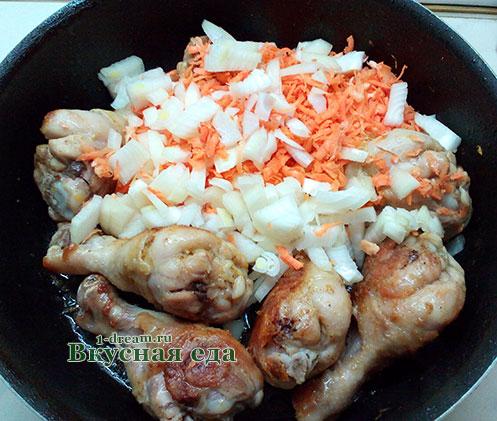 Кладем овощи жарить с куриными ногами