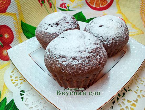 Посыпать шоколадные кексы пудрой