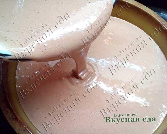 Бисквитное тесто в форму вылить