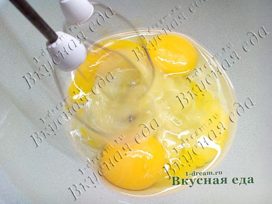 Яйца взбиваем для домашнего сыра из молока