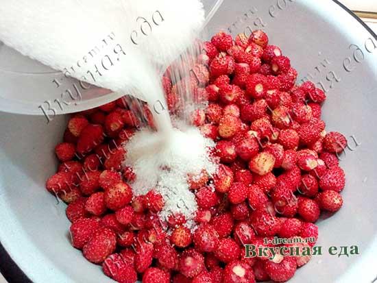 Добавить сахар в земляничное варенье