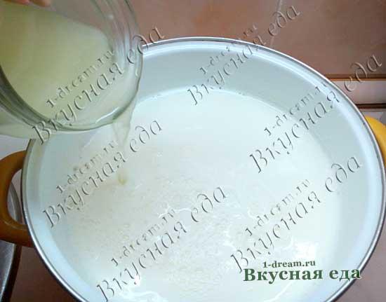 Вливаем сыворотку в молоко