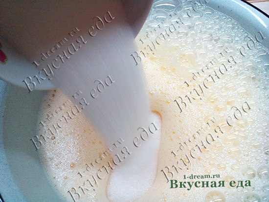 Добавить сахар в тесто для шарлотки со сливой