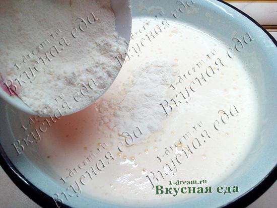 Положить муку в тесто для шарлотки со сливой