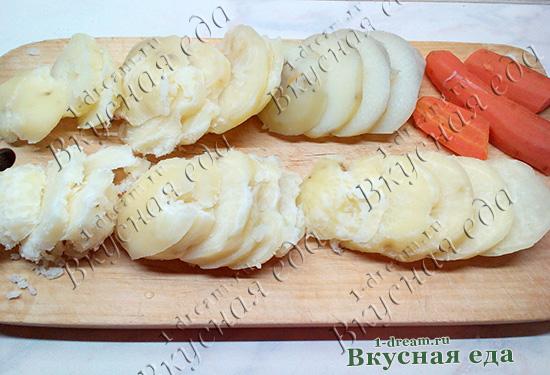 Кружочками режем картошку