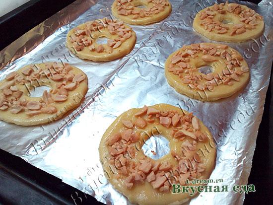 Посыпать орехи на песочное печенье