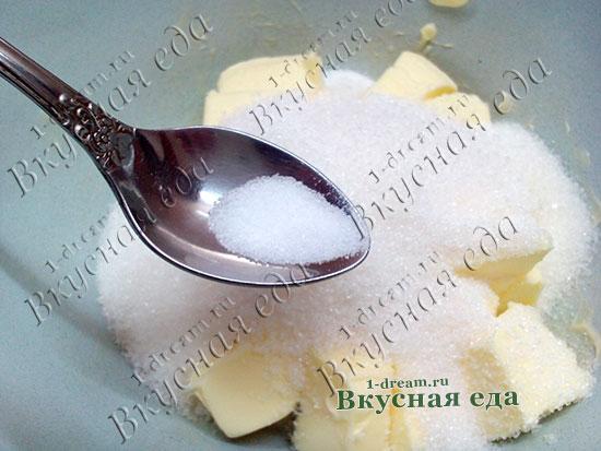 Положить соль в тесто