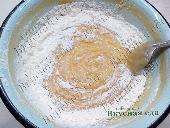 Вымешиваем тесто для Медовика